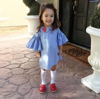 Cómo combinar: calcetines blancos, bailarinas rojas, vestido celeste