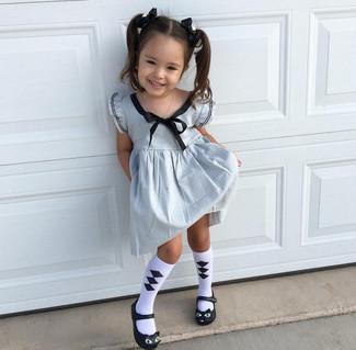 Cómo combinar: calcetines en blanco y negro, bailarinas negras, vestido plateado
