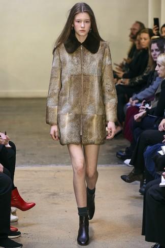 Cómo combinar: calcetines en gris oscuro, botines de cuero negros, abrigo de piel marrón