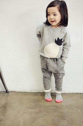 Cómo combinar: calcetines grises, pantalón de chándal gris, jersey bordado gris