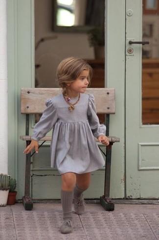 Cómo combinar: calcetines grises, zapatos oxford grises, vestido gris