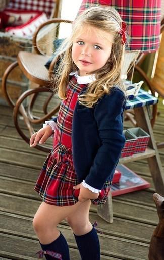 Cómo combinar: calcetines hasta la rodilla azul marino, vestido de tartán rojo, blazer azul marino