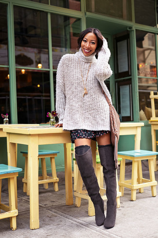Cómo combinar: bolso bandolera de cuero сon flecos marrón, calcetines hasta la rodilla negros, botas sobre la rodilla de ante en marrón oscuro, jersey de cuello alto de punto en beige
