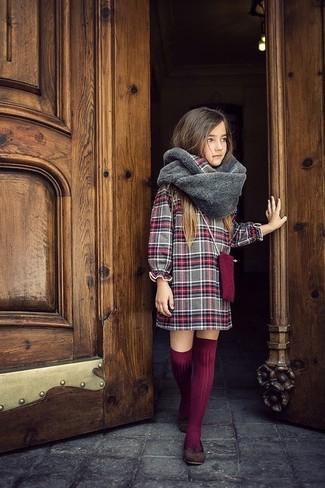 Cómo combinar: bufanda de pelo gris, calcetines hasta la rodilla burdeos, bailarinas en marrón oscuro, vestido de tartán gris