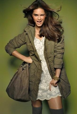 Cómo combinar: bolsa tote de cuero marrón, calcetines hasta la rodilla grises, vestido recto de encaje blanco, parka verde oliva