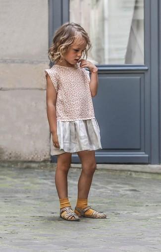 Cómo combinar: calcetines mostaza, sandalias plateadas, vestido plateado