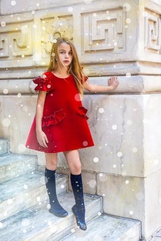 Cómo combinar: calcetines negros, bailarinas negras, vestido rojo