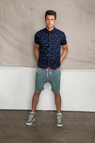 Cómo combinar: camisa de manga corta estampada azul marino, camiseta con cuello circular naranja, pantalones cortos en verde azulado, zapatillas altas grises