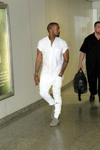 Look de Kanye West: Camisa de Manga Corta Blanca, Vaqueros Pitillo Desgastados Blancos, Botines Chelsea de Ante Grises