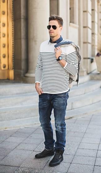 Cómo combinar: vaqueros azul marino, camisa de manga corta azul marino, cárdigan en beige, jersey con cuello circular de rayas horizontales en blanco y negro