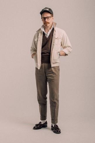 Combinar un pantalón de vestir marrón: Algo tan simple como optar por una chaqueta estilo camisa en beige y un pantalón de vestir marrón puede distinguirte de la multitud. Mocasín con borlas de cuero en marrón oscuro son una opción estupenda para completar este atuendo.