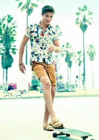 Cómo combinar: camisa de manga corta con print de flores azul marino, pantalones cortos marrón claro, sandalias de cuero marrón claro