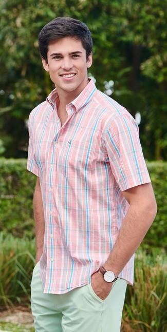 Cómo combinar: camisa de manga corta de tartán rosada, pantalones cortos en verde menta, reloj de cuero en marrón oscuro