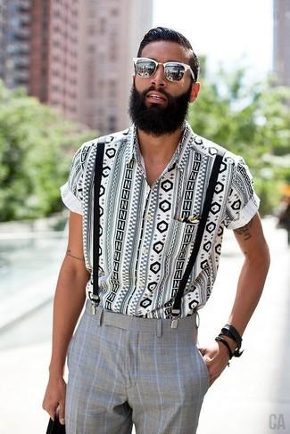 Cómo combinar: camisa de manga corta con estampado geométrico en blanco y negro, pantalón de vestir a cuadros gris, gafas de sol blancas, tirantes negros