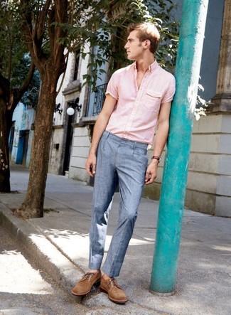 Cómo combinar: camisa de manga corta rosada, pantalón de vestir celeste, zapatos derby de ante marrónes