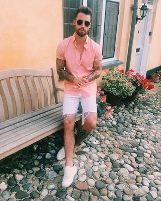 Cómo combinar: camisa de manga corta rosada, pantalones cortos vaqueros blancos, tenis de cuero blancos, gafas de sol negras