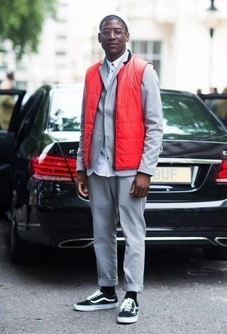 Combinar un gorro blanco: Emparejar un chaleco de abrigo acolchado rojo junto a un gorro blanco es una opción práctica para el fin de semana. Tenis de lona en negro y blanco añaden la elegancia necesaria ya que, de otra forma, es un look simple.