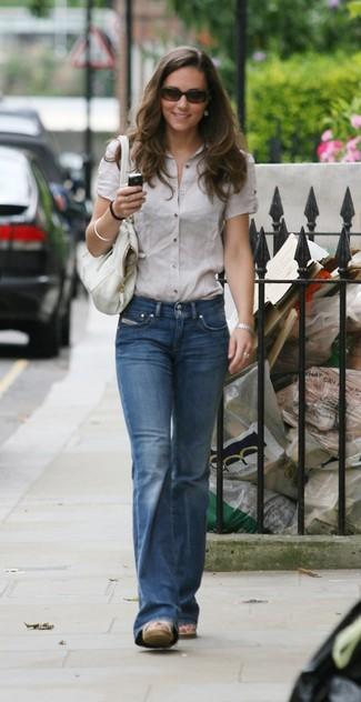 Una camisa de manga corta en beige y unos vaqueros de campana azules son prendas que debes tener en tu armario. ¿Quieres elegir un zapato informal? Complementa tu atuendo con sandalias con cuña de lona beige para el día.