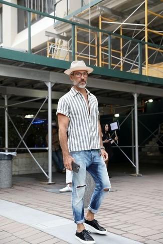 Cómo combinar: camisa de manga corta de rayas verticales gris, vaqueros desgastados celestes, tenis de cuero negros, sombrero de paja blanco