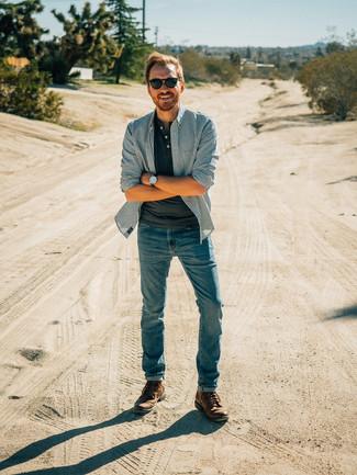Cómo combinar: camisa de manga larga de rayas verticales azul, camiseta henley en gris oscuro, vaqueros azules, botas casual de cuero marrónes