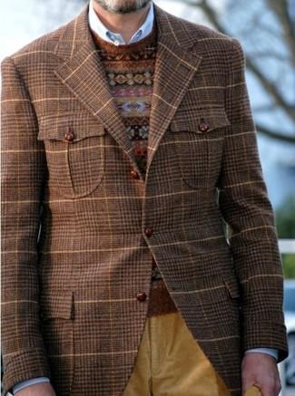 Cómo combinar: vaqueros de pana mostaza, camisa de manga larga azul, jersey con cuello circular de grecas alpinos marrón, blazer de tartán marrón