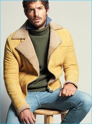 Cómo combinar: vaqueros celestes, camisa de manga larga de cambray azul, jersey de cuello alto de punto verde oscuro, chaqueta de piel de oveja marrón claro