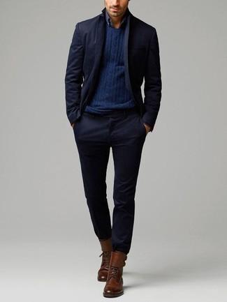 Combinar unas botas casual de cuero marrónes: Ponte un traje azul marino y un jersey de ochos azul marino para rebosar clase y sofisticación. ¿Quieres elegir un zapato informal? Complementa tu atuendo con botas casual de cuero marrónes para el día.