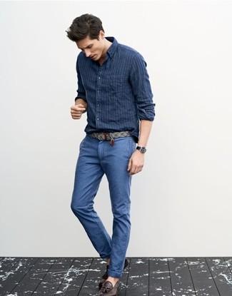 Cómo combinar: camisa de manga larga de rayas verticales azul marino, pantalón chino azul, mocasín con borlas de cuero en marrón oscuro, correa de lona gris