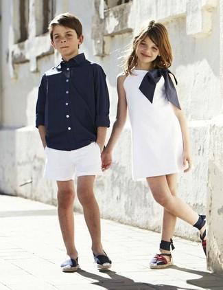 Cómo combinar: camisa de manga larga azul marino, pantalones cortos blancos, zapatillas azul marino