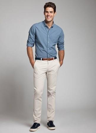 La versatilidad de una camisa de manga larga azul y un pantalón chino beige los hace prendas en las que vale la pena invertir. Un par de zapatillas plimsoll azul marino se integra perfectamente con diversos looks.