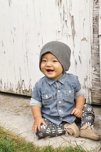 Cómo combinar: camisa de manga larga vaquera azul, pantalón de chándal gris, botas marrón claro, gorro gris