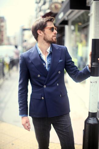 Cómo combinar: pantalón de vestir de lana de tartán en gris oscuro, camisa de manga larga blanca, blazer cruzado azul marino, chaqueta vaquera azul