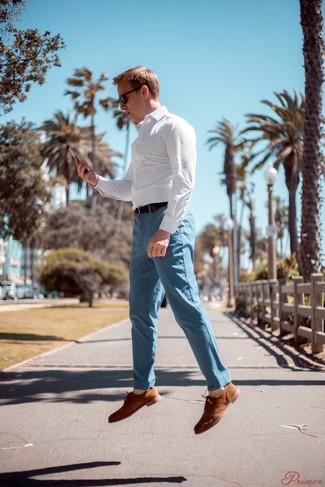 Cómo combinar: camisa de manga larga a cuadros blanca, pantalón chino celeste, zapatos oxford de ante marrón claro, correa de cuero en marrón oscuro