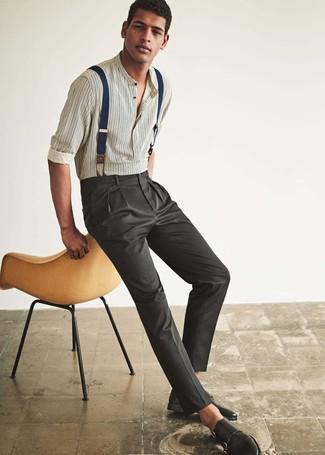 Cómo combinar: camisa de manga larga de rayas verticales blanca, pantalón de vestir en gris oscuro, zapatos con doble hebilla de cuero negros, tirantes azul marino