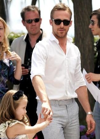 Look de Ryan Gosling: Camisa de Manga Larga Blanca, Pantalón de Vestir Gris