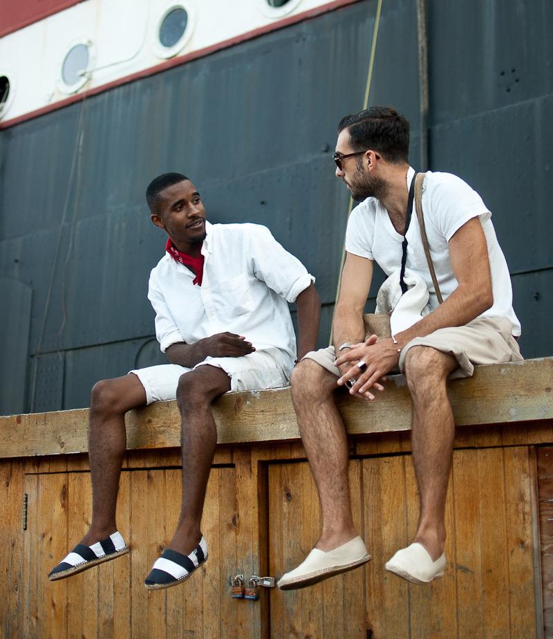 Look de moda Camisa de Manga Larga Blanca, Pantalones Cortos Blancos, Alpargatas de