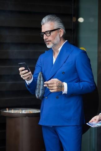 Cómo combinar: camisa de manga larga blanca, traje azul