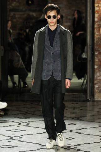 Cómo combinar: pantalón de vestir negro, camisa de manga larga azul marino, blazer vaquero en gris oscuro, abrigo largo gris