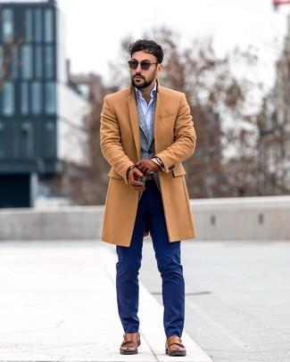Cómo combinar: pantalón de vestir azul marino, camisa de manga larga celeste, blazer de tartán gris, abrigo largo marrón claro