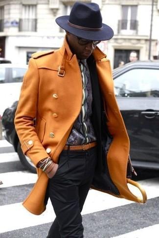 Cómo combinar: pantalón de vestir negro, camisa de manga larga estampada en gris oscuro, blazer negro, abrigo largo naranja