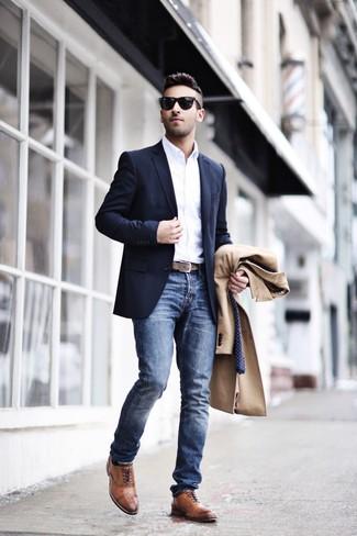 Cómo combinar: vaqueros azules, camisa de manga larga blanca, blazer azul marino, abrigo largo marrón claro
