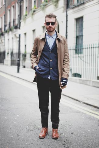 Cómo combinar: pantalón de vestir negro, camisa de manga larga azul, blazer azul marino, abrigo largo marrón claro