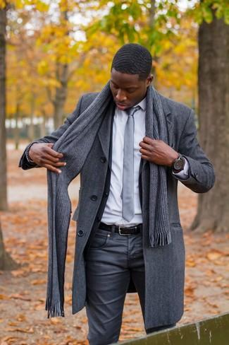 Combinar un blazer en gris oscuro en clima frío: Opta por un blazer en gris oscuro y unos vaqueros en gris oscuro para crear un estilo informal elegante.