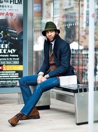 Combinar un sombrero de lana verde oscuro: Equípate un abrigo largo azul marino con un sombrero de lana verde oscuro para un look agradable de fin de semana. Botas casual de ante marrónes dan un toque chic al instante incluso al look más informal.