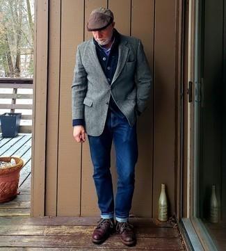 Moda para hombres de 50 años: Si buscas un look en tendencia pero clásico, intenta combinar un cárdigan con cuello chal azul marino con una camisa de manga larga a cuadros en blanco y azul marino.