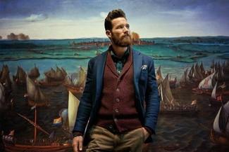 Cómo combinar: pantalón chino marrón claro, camisa de manga larga verde, blazer azul marino, cárdigan con cuello chal burdeos