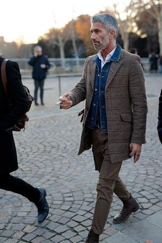 Outfits hombres en otoño 2020: Ponte una chaqueta vaquera azul y un pantalón chino marrón para lidiar sin esfuerzo con lo que sea que te traiga el día. Dale un toque de elegancia a tu atuendo con un par de botas casual de cuero en marrón oscuro. ¡Excelente para este otoño!