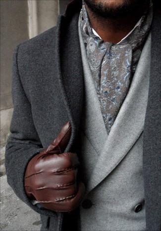 Combinar una bufanda de paisley gris: Opta por la comodidad en un abrigo largo en gris oscuro y una bufanda de paisley gris.
