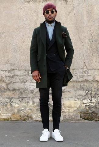 Cómo combinar: pantalón de vestir negro, camisa de manga larga de cambray celeste, blazer cruzado negro, abrigo largo verde oscuro