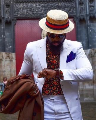 Cómo combinar: pantalón de vestir blanco, camisa de manga larga estampada roja, blazer cruzado blanco, abrigo largo marrón